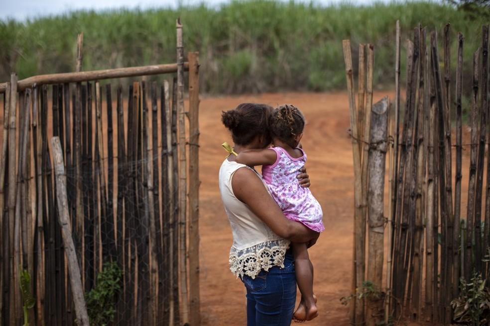 Jovana, de 20 e poucos anos, com sua filha pequena. Elas vivem no estado de Minas Gerais e, assim como outros moradores, disse que aviões fazem aplicações frequentes de agrotóxicos sobre as casas da sua comunidade. (Foto:  Marizilda Cruppé/Human Rights Watch )
