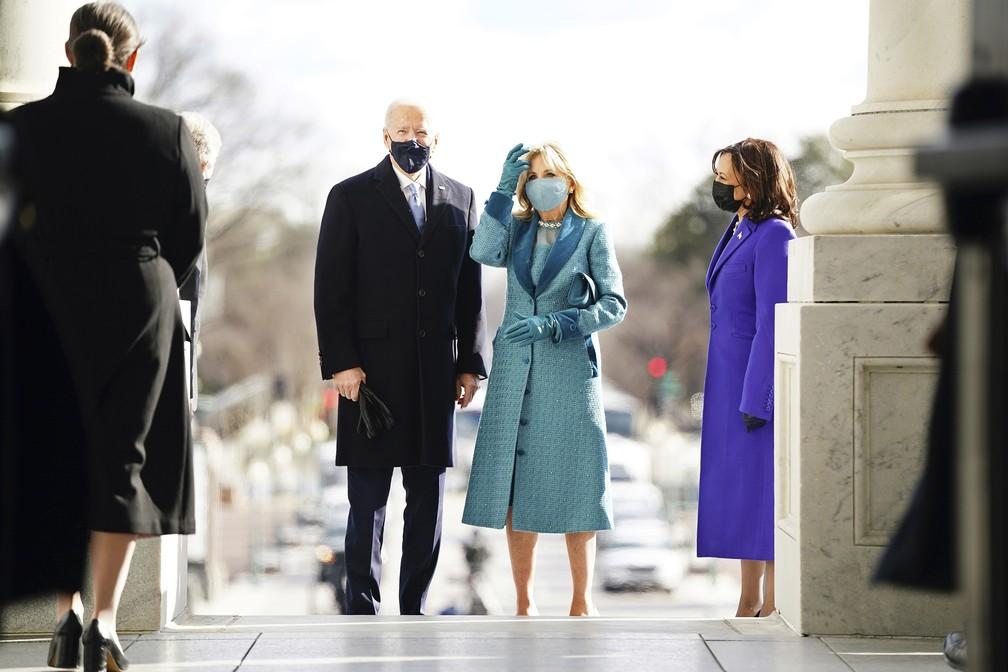 Joe Biden e Jill Biden chegam ao Capitólio dos EUA, em Washington, nesta quarta-feira (20) — Foto: Jim Lo Scalzo/Pool Photo via AP