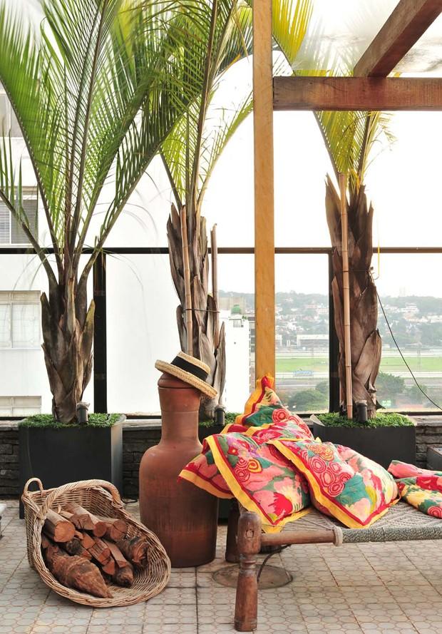 Cores vibrantes e estampas diversas, ditam estilo tropical em cobertura (Foto: Divulgação/Beatriz Quinelato)