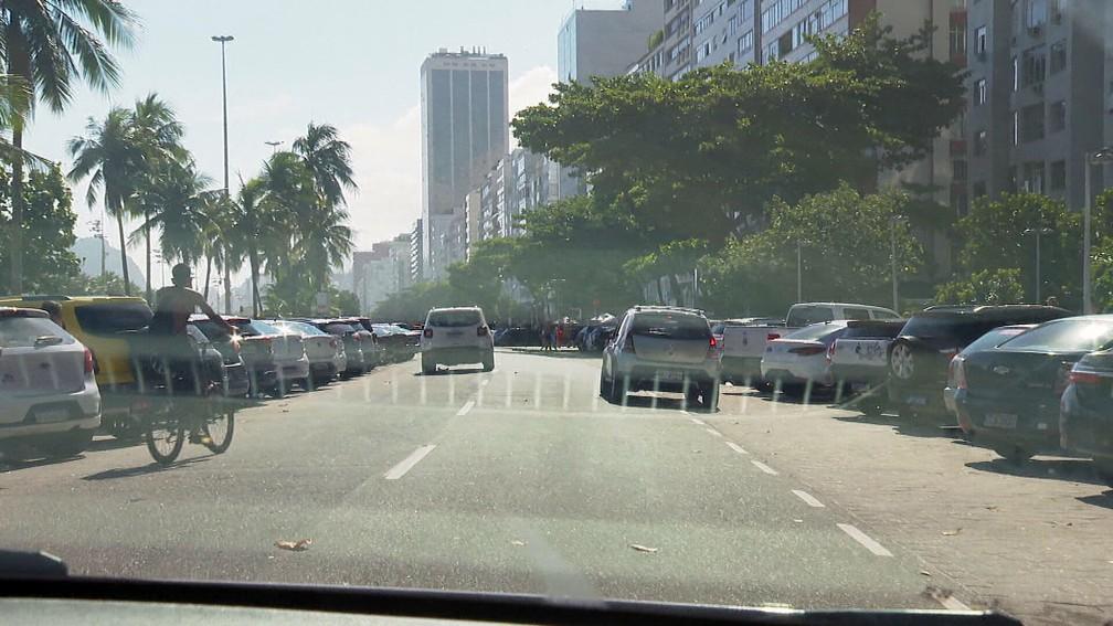 Apesar da proibição, carros estacionaram na orla — Foto: Reprodução/TV Globo