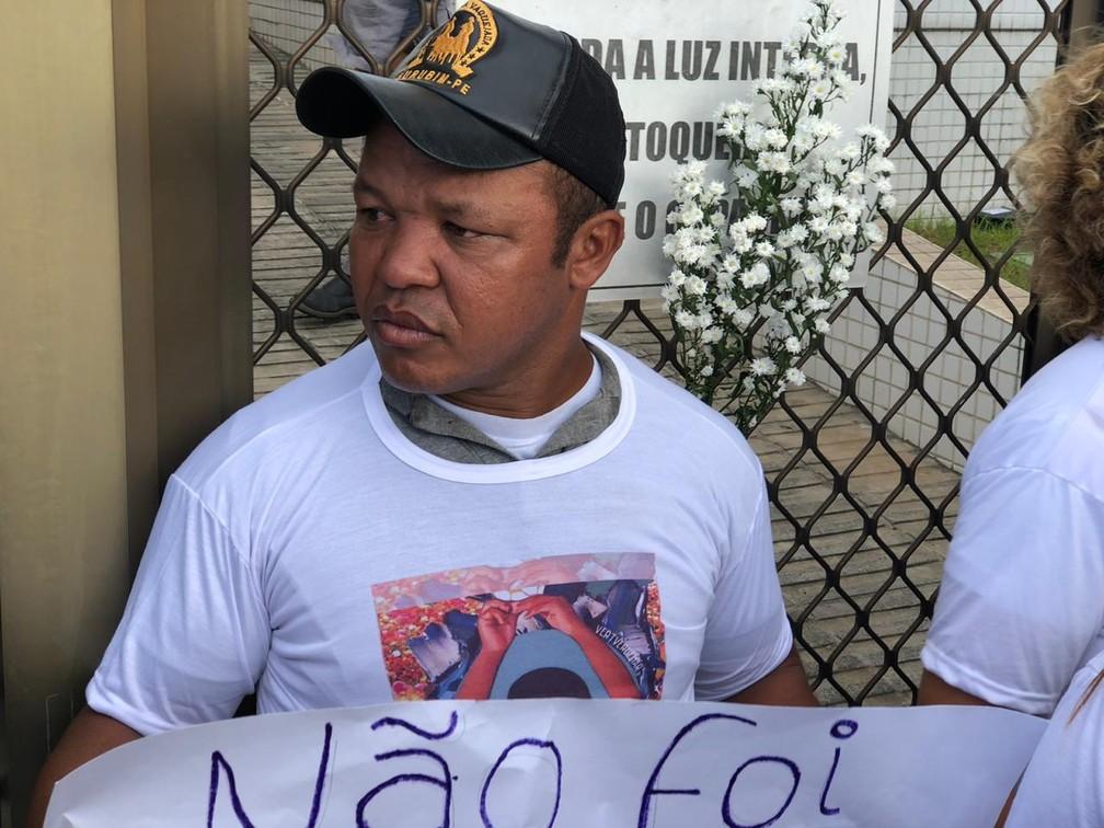 Pai de Miguel, Paulo da Silva, participou de protesto no Centro do Recife, nesta sexta (5) — Foto: Pedro Alves/G1