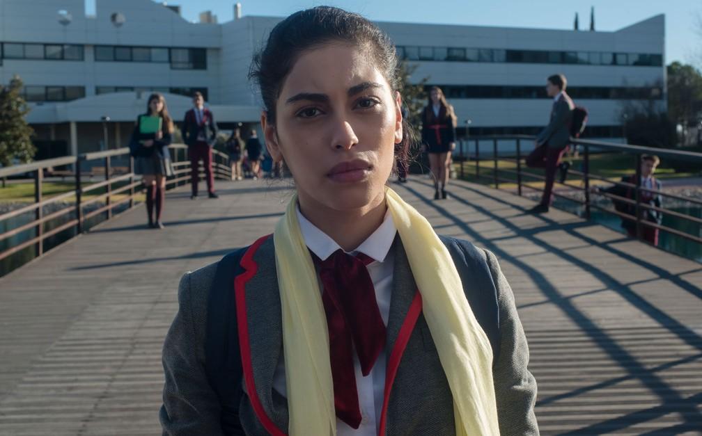 Mina El Hammani como a aluna muçulmana Nadia em 'Elite'; a personagem é proibida pela direção da escola de usar seu véu islâmico — Foto: Manuel Fernandez-Valdes/Netflix