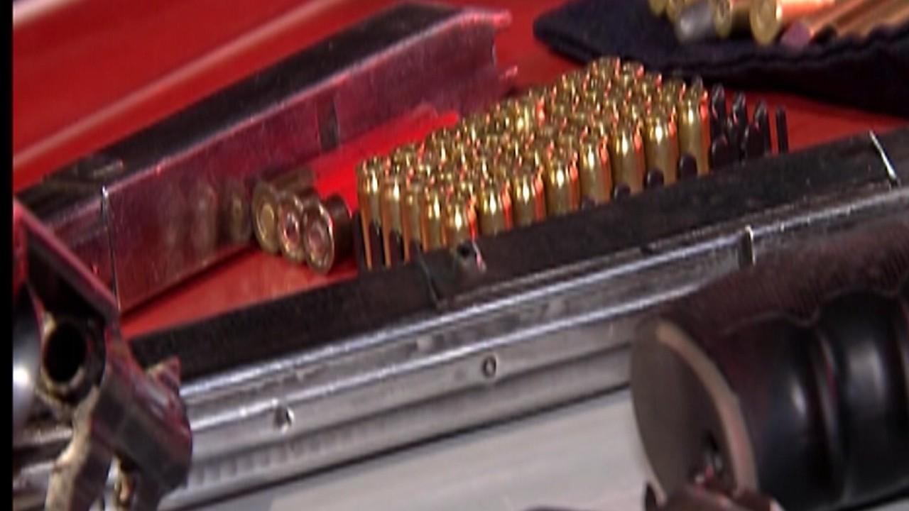 Polícia Militar detém homem com diversas armas e munições dentro de carro, em Mogi