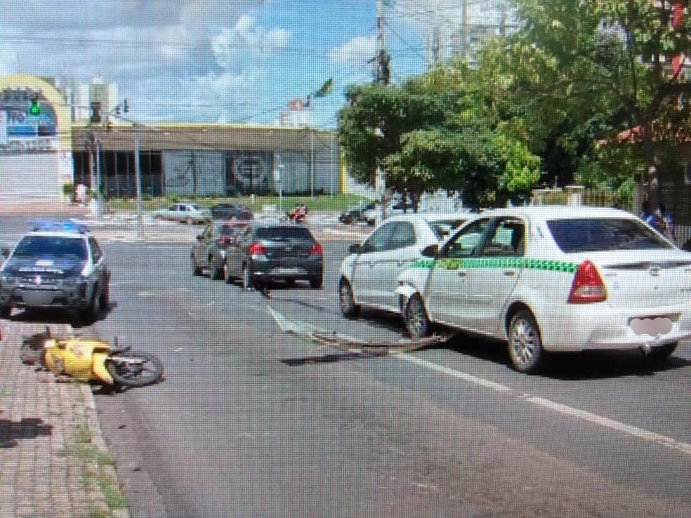 Quatro carros se envolvem em acidente em Cuiabá — Foto: Luiz Almeida/TVCA