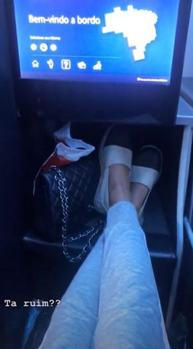 Bruna Hamú no avião indo para a lua de mel (Foto: Reprodução/Instagram)