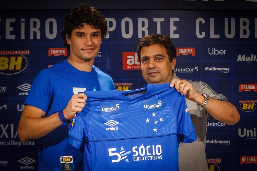Itair Machado apresenta lateral Dodô — Foto: Vinnicius Silva