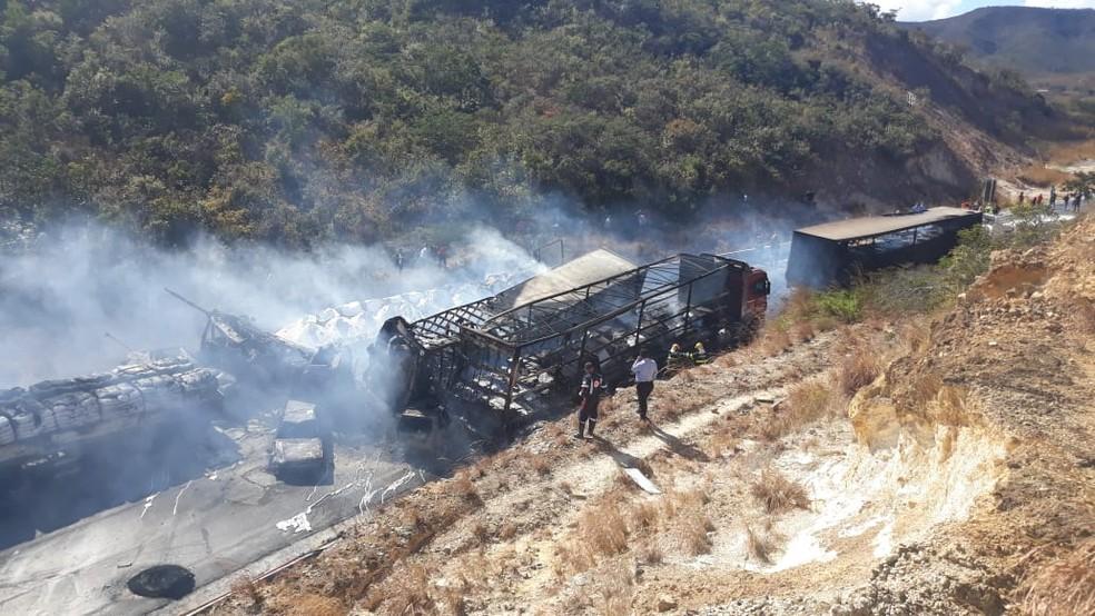 Veículos pegaram fogo na BR-251 (Foto: Ana Claudia Mendes/ Inter TV)