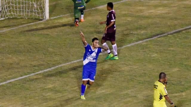 Caio Mancha comemora o quarto gol do Taubaté contra o Sertãozinho
