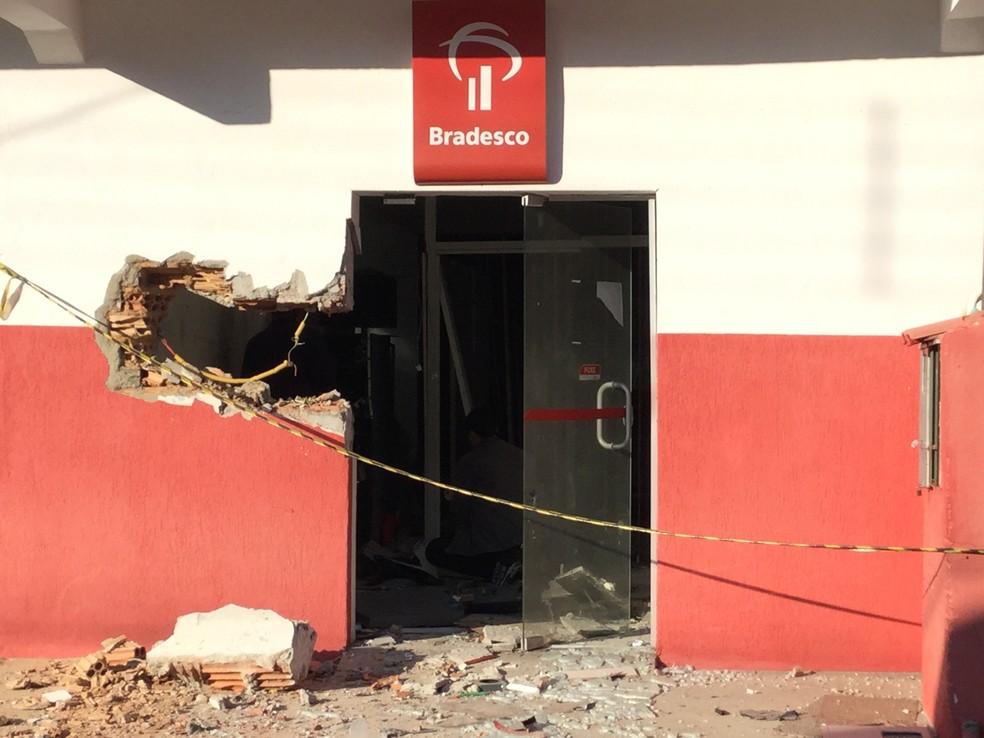 Quadrilha faz explosões em dois bancos e atiram contra delegacia em Silveiras (Foto: Bruno Pellegrine/ TV Vanguarda)