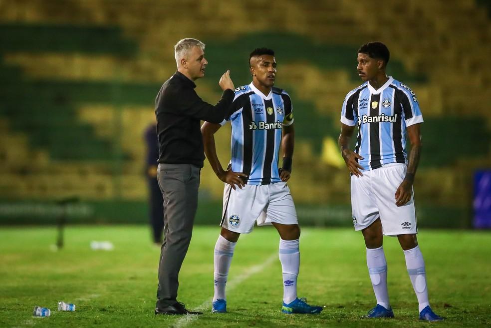 Tiago Nunes, Cortez e Jean Pyerre em vitória do Grêmio — Foto: Lucas Uebel/Grêmio