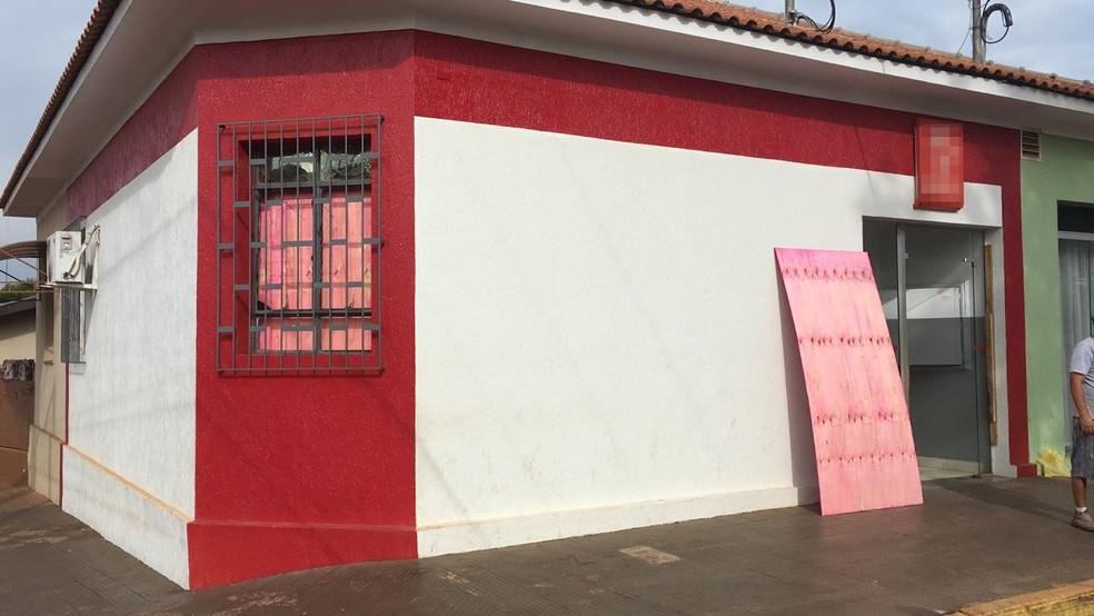 Criminosos invadem agência bancária e explodem caixas automáticos em Arandu — Foto: Pedro Salgado/TV TEM