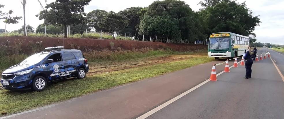 Agentes da Guarda Municipal em uma das barreiras montadas nas entradas de Tabatinga — Foto: Henrique Andrade/O Jornal