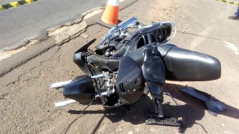 Duas mulheres que estavam na moto morreram após colisão com caminhão (Foto: Kall Rigamonti/Amizade FM/Divulgação)