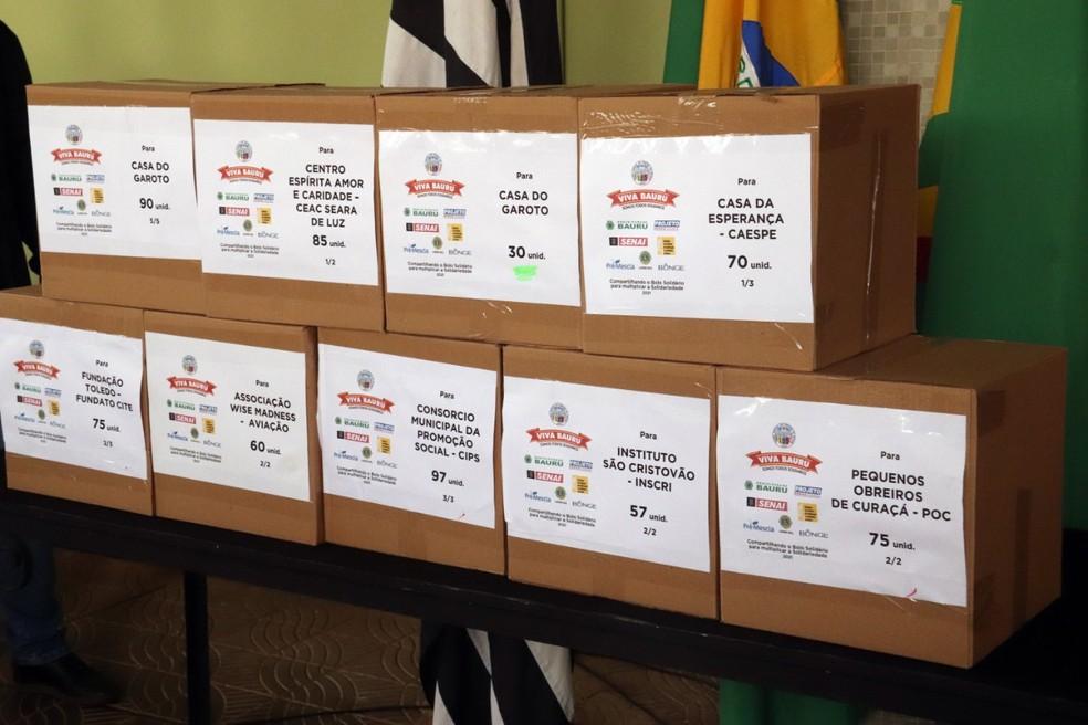 Pedaços de bolo foram colocados dentro de caixas destinadas a entidades assistenciais; distribuição será nesta segunda-feira (2) — Foto: Priscila Medeiros/Prefeitura de Bauru
