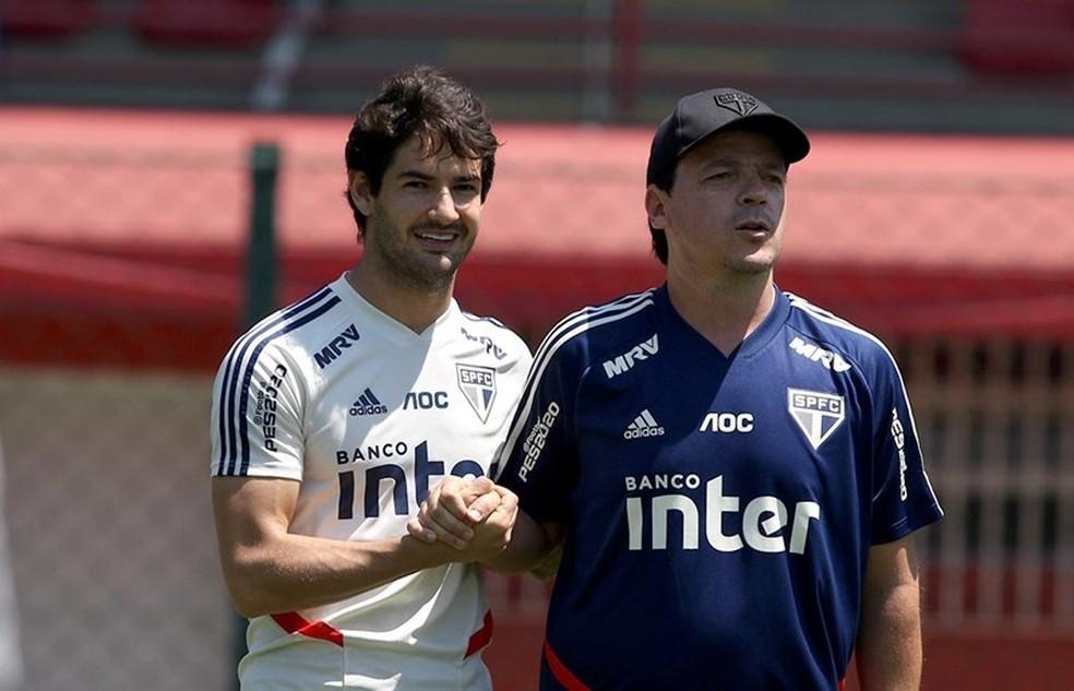 Fernando Diniz e Alexandre Pato juntos no treino do São Paulo — Foto: Rubens Chiri / saopaulofc.net