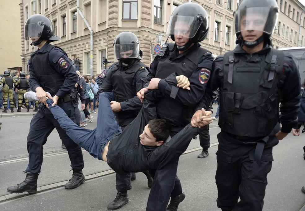 Jovem é preso em São Petersburgo durante protesto contra a reforma da previdência (Foto: Olga MALTSEVA / AFP)