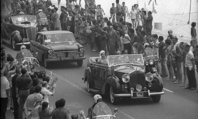 A rainha e o príncipe desfilam de carro aberto pela Avenida Atlântica, no Rio