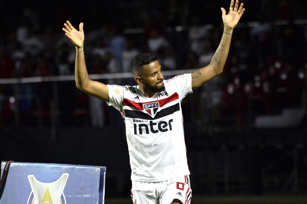 Reinaldo comemora gol do São Paulo sobre o Corinthians — Foto: Marcos Ribolli