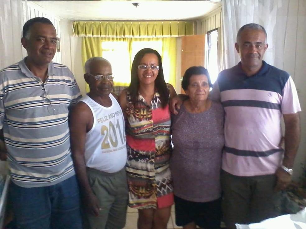 Alcides Albano Gomes e Maria de Lourdes de Souza Gomes com três dos quatro filhos — Foto: Arquivo pessoal