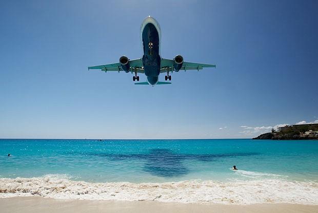 No Princesa Juliana, em São Martinho, o avião passa muito perto da água (Foto: Reprodução/PrivateFly)