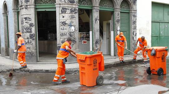 Garis trabalham na região do centro do Rio de Janeiro (Foto: Gustavo Azevedo/Agência O Globo )