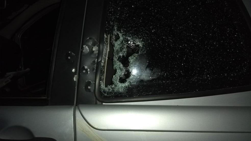 Carro em que grupo estava ficou com marcas de bala (Foto: Divulgação/PM)