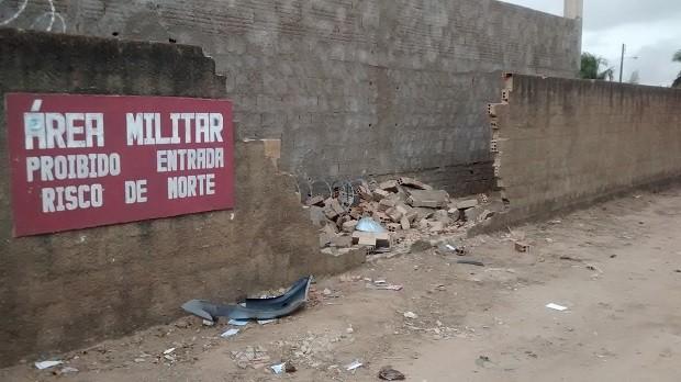 Suspeitos bateram no muro do quartel do Exército, no bairro do Farol (Foto: Derek Gustavo/ G1)