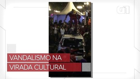 Carro da polícia é vandalizado na Virada Cultural; veja vídeo
