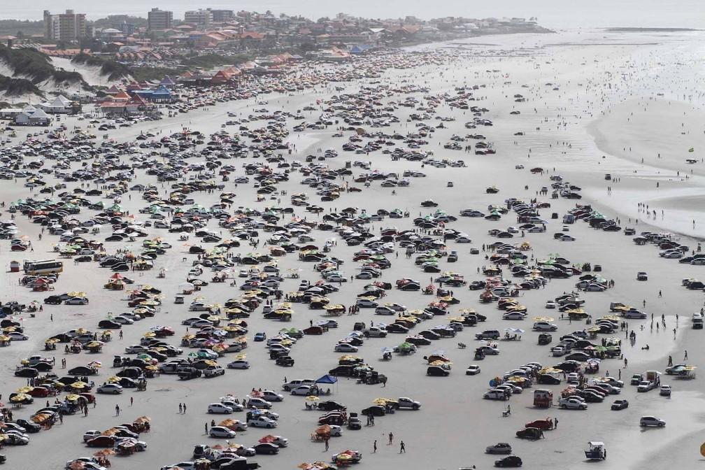 -  Praia do Atalaia, em Salinas, vira ponto de encontro de motoristas  Foto: Tarso Sarraf / O Liberal