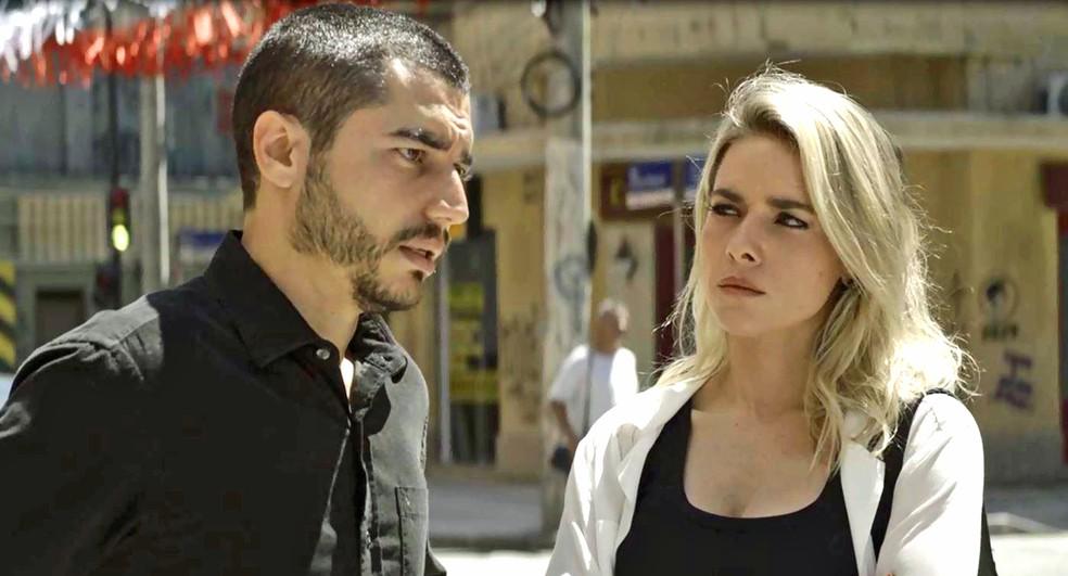 Yohana (Monique Alfradique) diz a Camilo (Lee Taylor) que não gosta de Josiane (Agatha Moreira), em 'A Dona do Pedaço'  Foto: Globo