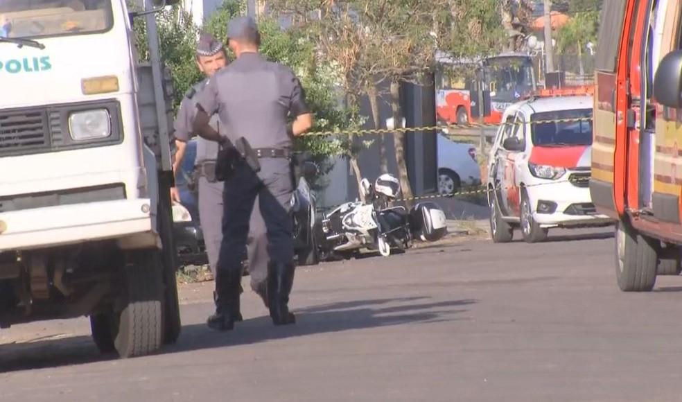 Moto da Rocam (patrulha em motocicletas da PM) ficou caída durante a perseguição à dupla de menores — Foto: TV TEM/Reprodução