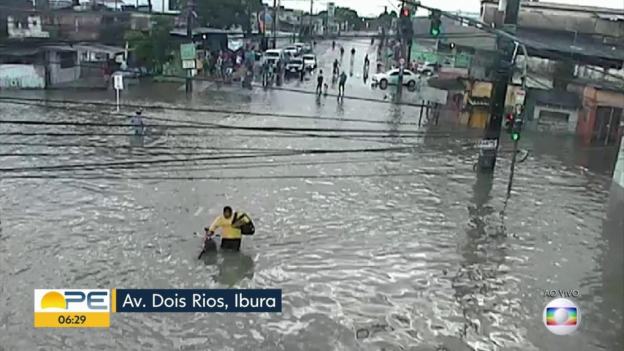 Chuvas deixam ruas alagadas e causam transtornos no Grande Recife