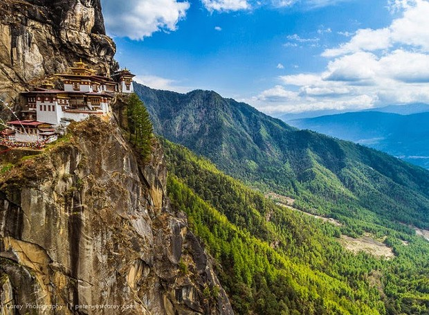 Ninho do Tigre, Butão - O país possui inúmeros mosteiros, mas um deles resume a história do budismo butanês: o Ninho do Tigre. O santuário de peregrinação guarda um pouco da história, das lendas e das tradições do Butão (Foto: Reprodução/BlogBlux)
