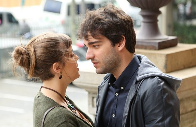 Isabela (Alice Wegmann) e Tiago (Humberto Carrão) de 'A lei do amor' conquistaram o público. Tanto que os autores resolveram adiantar a volta da personagem, que desapareceu no mar, à trama (Foto: Reprodução)