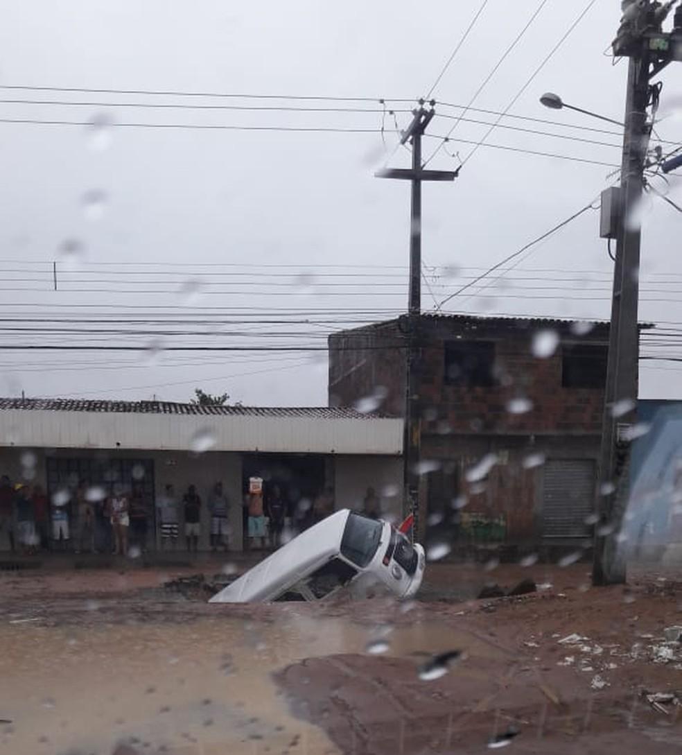 Carro foi engolido por buraco em Nova Cidade, Zona Norte de Natal, após as chuvas desta quinta-feira (9) — Foto: Reprodução/Redes Sociais