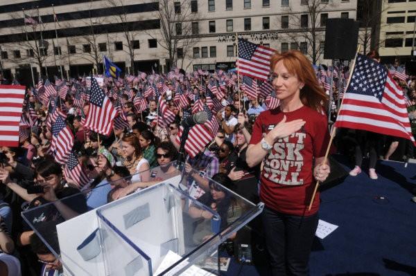 Comediante Kathy Griffin revela que passará por cirurgia após ser diagnosticada com câncer de pulmão