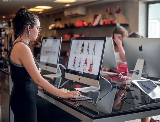 É REAL Cliente compra roupas on-line em loja. Empresas nascidas no mundo digital abrem pontos de venda em busca de mais consumidores (Foto: Marcos Alves/Agência O Globo)