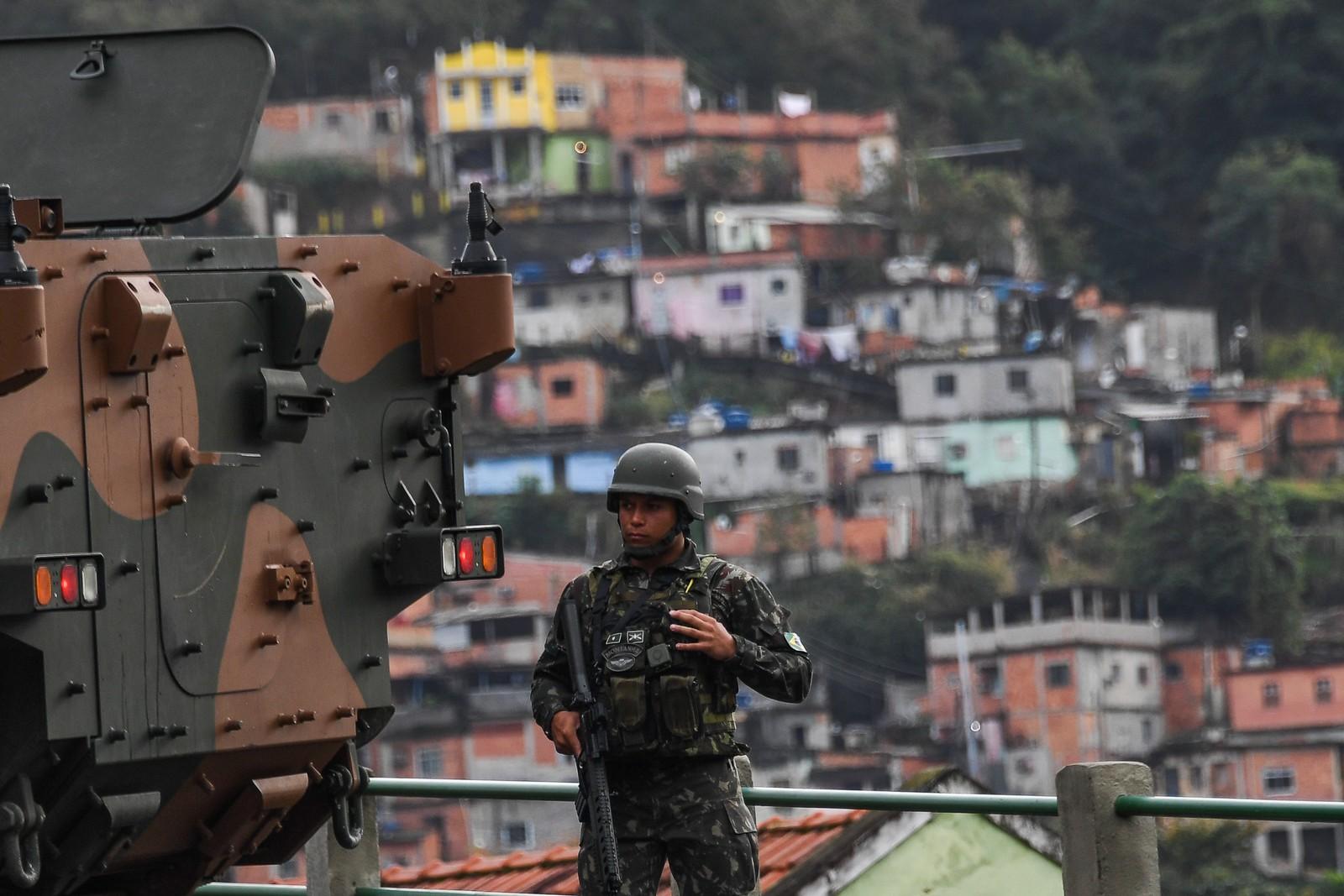 Importantes vias do Rio tiveram o fluxo interrompido, como a Autoestrada Grajaú-Jacarepaguá (Foto: Apu Gomes / AFP)