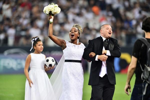 Casamento agita o intervalo de Corinthians x Grêmio na Arena de Itaquera