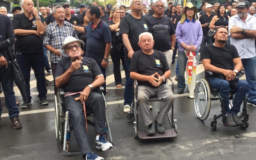 Servidores ativos e inativos protestam por pagamento de salário em Goiás — Foto: Claysson dos Santos Souza/TV Anhanguera