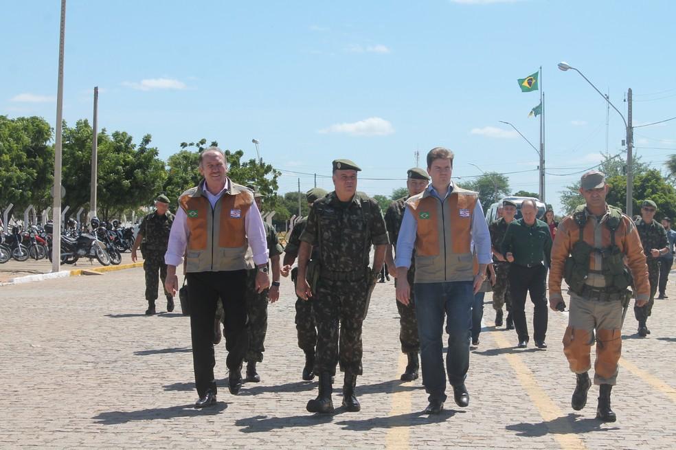 Ministro Gustavo Canuto e uma comitiva estiveram em Petrolina no Sertão de Pernambuco — Foto: Juliane Peixinho/ G1