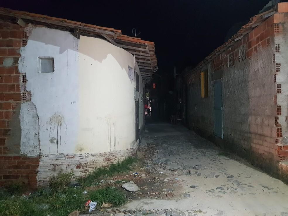 A vítima foi morta em uma residência no Bairro Vicente Pinzon, em Fortaleza, ao tentar fugir dos criminosos — Foto: Rafaela Duarte/SVM