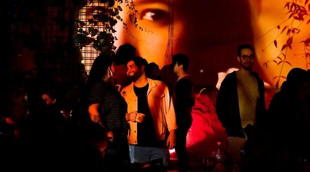 Fenda Bar: um dos cupons disponíveis permite que cliente escolha o que será projetado na parede externa do bar (Foto: Divulgação)