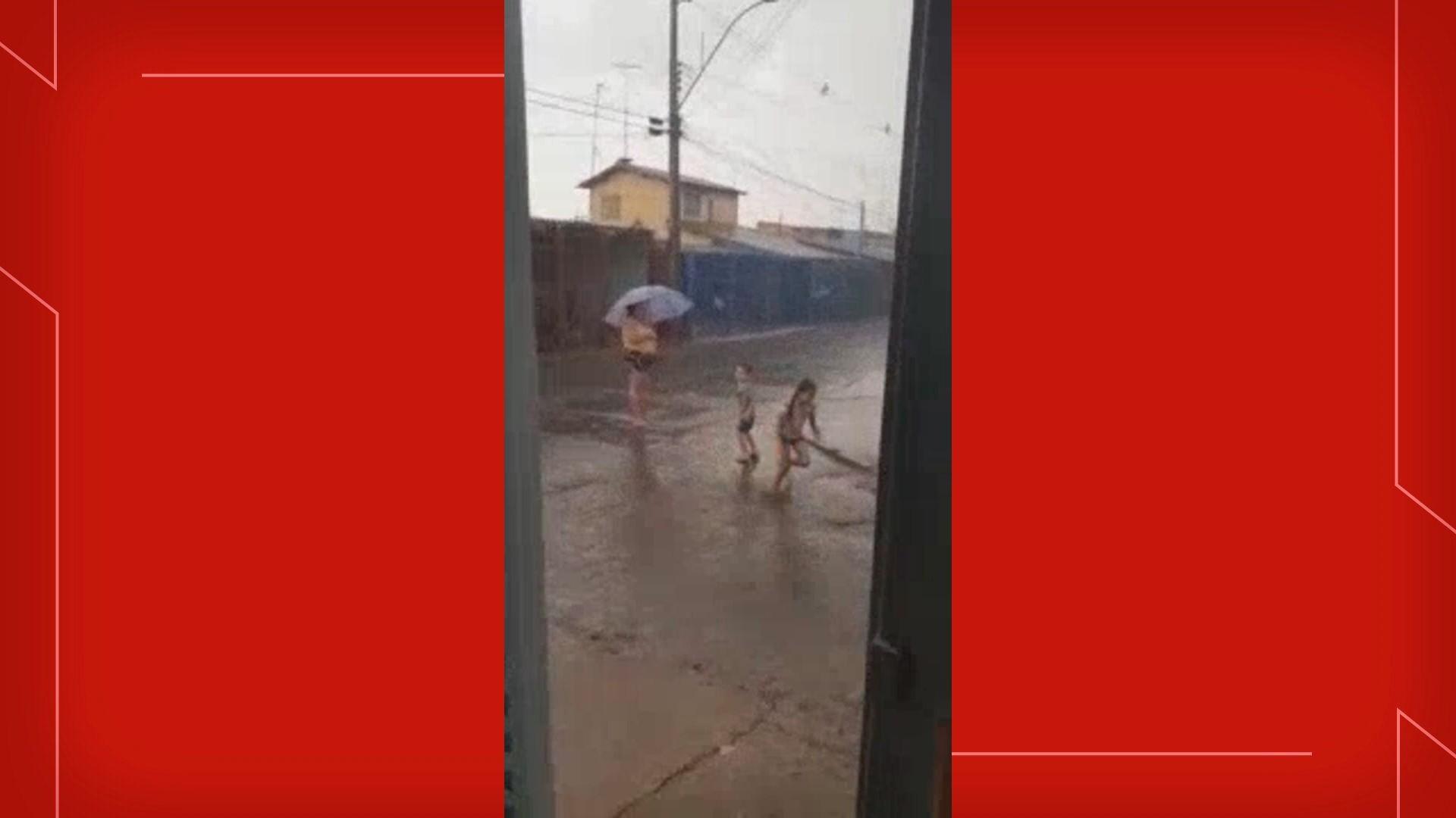 Após recordes de temperatura, população comemora chegada de chuva no DF; veja vídeo