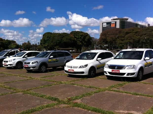 Taxistas estacionam em praça em frente ao Palácio do Buriti (Foto: Gabriel Luiz/G1)