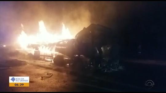 Caminhão tem pane mecânica e pega fogo na BR-386