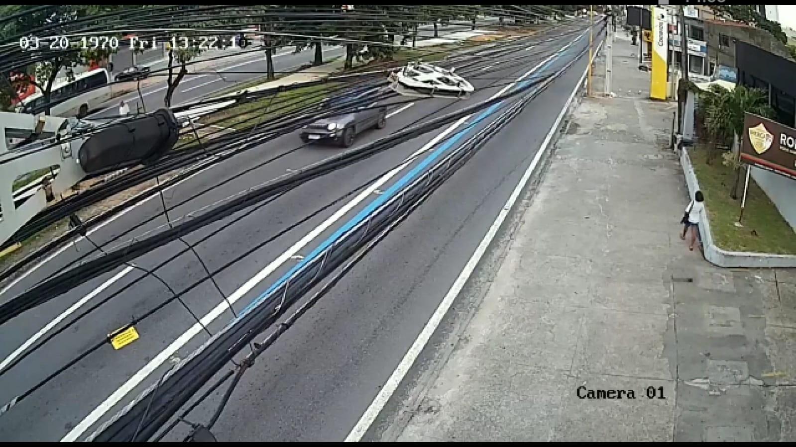 VÍDEO: câmeras flagram motorista na contramão antes de acidente na Av. Fernandes Lima, Maceió