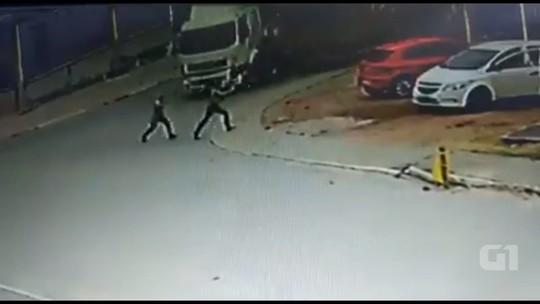 VÍDEO: mulher sobrevive após ser atropelada por caminhão desgovernado na Região de Curitiba