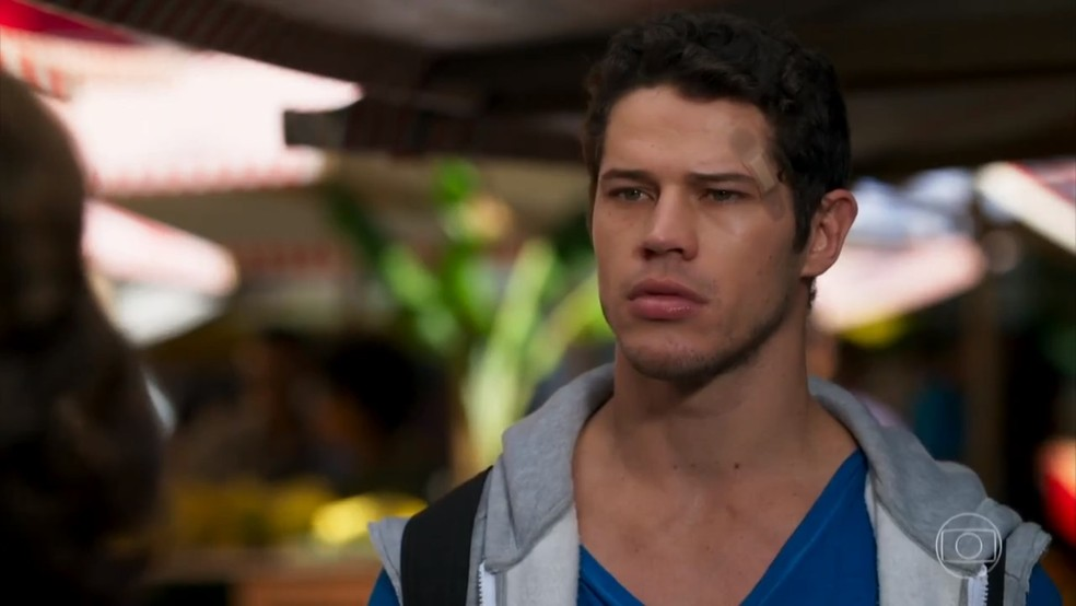 Adônis (José Loreto) fica nervoso com provocação de Carmela (Chandelly Braz) - 'Haja Coração' — Foto: Globo