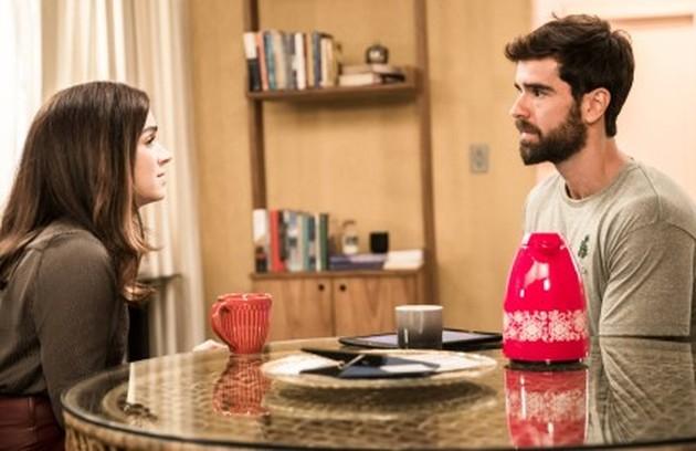 Micaela (Sabrina Petraglia) viajará para os EUA para fazer uma pós-graduação. Antes, anunciará que Bruno (Marcos Pitombo) será o novo gerente do seu restaurante (Foto: TV Globo)
